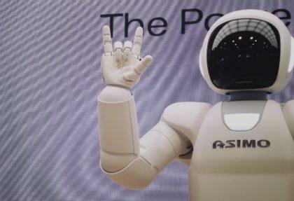 Asimo Roboter macht ein Handzeichen