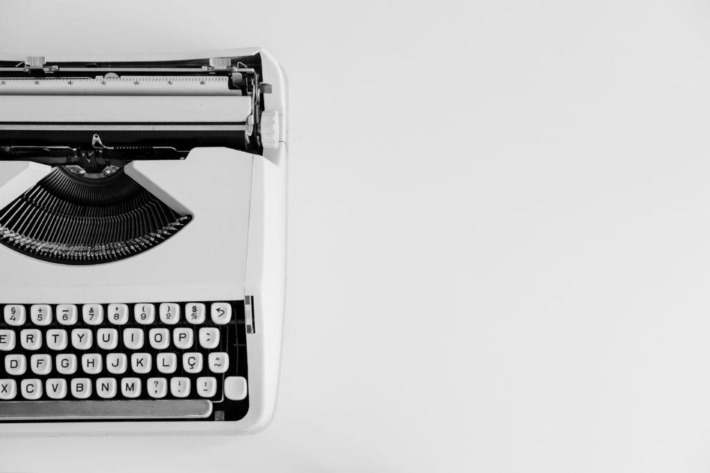 Weiße Schreibmaschine auf weißem Grund